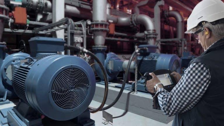 manutenção preditiva - Técnico com aparelho de análise de vibração